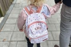 ondertussen in Nederland...de eerste schooldag van Lilly!